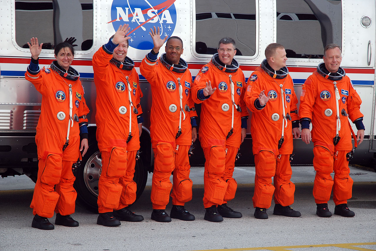 space shuttle discovery astronauts - photo #30