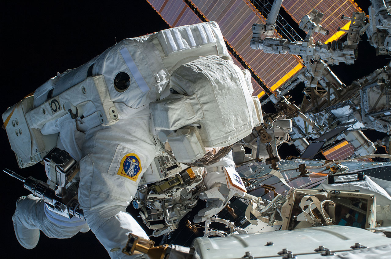 astronaut in the space - photo #29