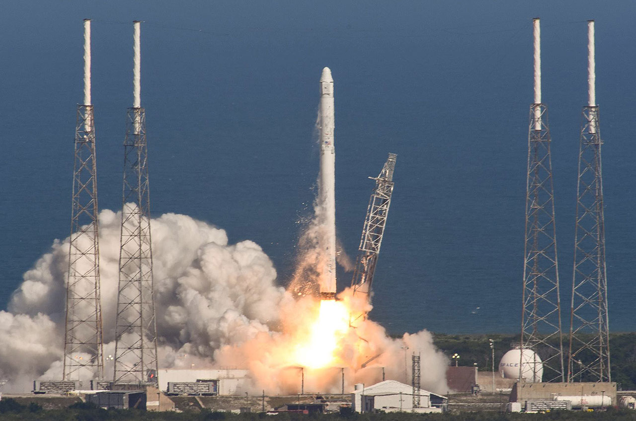 SpaceX Dragon launches to space station with cargo and ...
