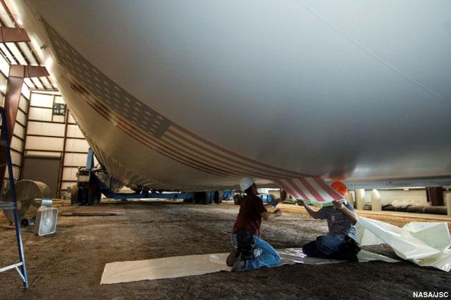 Restauration de la Saturn V du JSC News-042206f