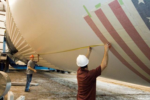Restauration de la Saturn V du JSC News-042206g