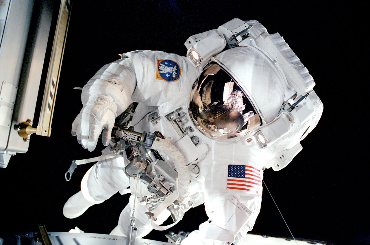 astronaut in the space - photo #27
