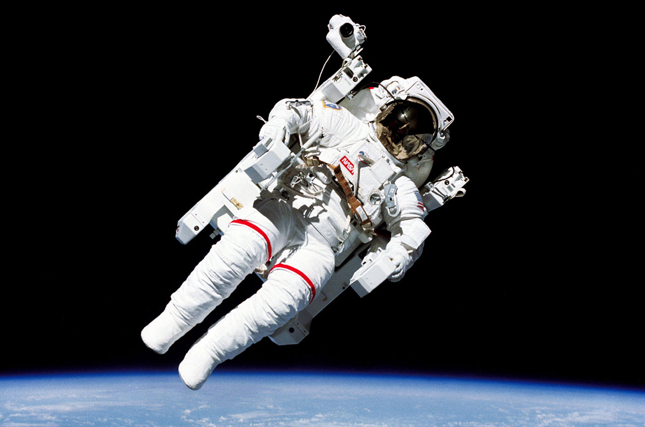 astronaut in the space - photo #7