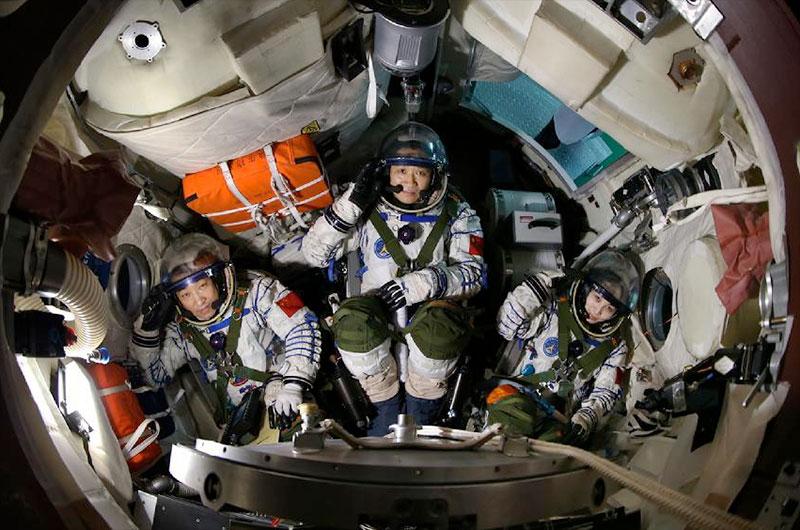 Die Erde, in der wir leben und der Raum, der die Welt ist - Seite 30 Shenzhou10_crew01-lg